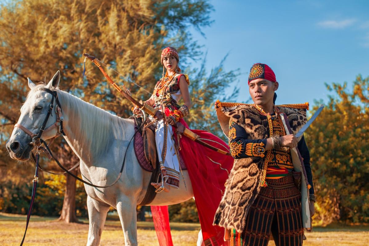 【國內自助婚紗】嘿皮爸 x 白色婚禮手工婚紗 x 如真 原住民風格婚紗 新人家傳的雲豹背心和弓箭真的太酷了!!